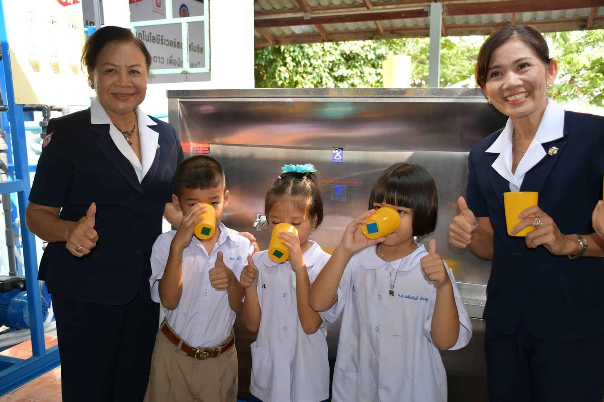 น้ำดื่มสะอาด กาชาด-ดาว เพื่อนักเรียน